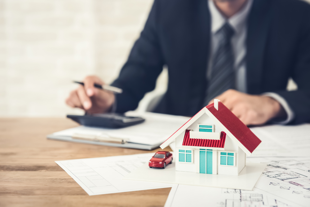 House Cash Buyer Giving Free House Valuation